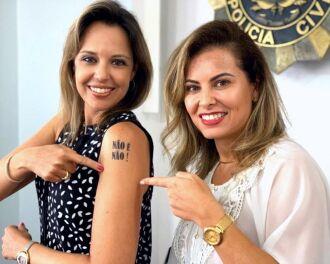 Delegada Nadine Anflor (E) ao lado de Bianca Feijó, do Departamento de Políticas para Mulheres da SJCDH