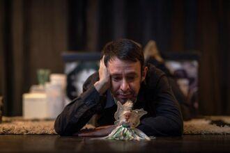 """Marcio Meneghell durante espetáculo """"O homem que acreditava"""""""