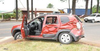 O veículo foi atingido na lateral pelo caminhão