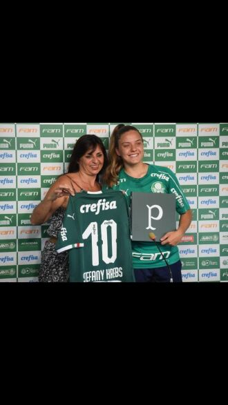 A jogadora é a única com deficiência auditiva na equipe palmeirense e primeira jogadora surda do futebol feminino profissional