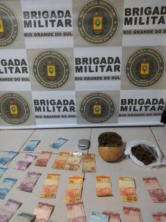 Drogas, dinheiro e uma balança de precisão foram localizadas no local