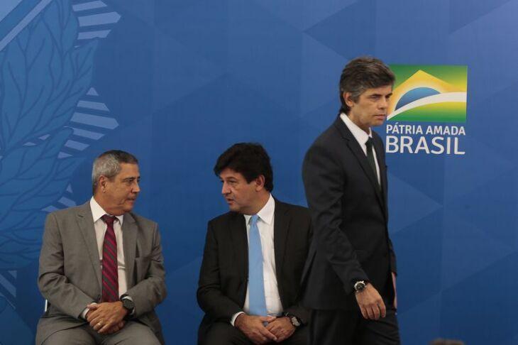 Interferência de Bolsonaro na política de isolamento social provocaram as trocas
