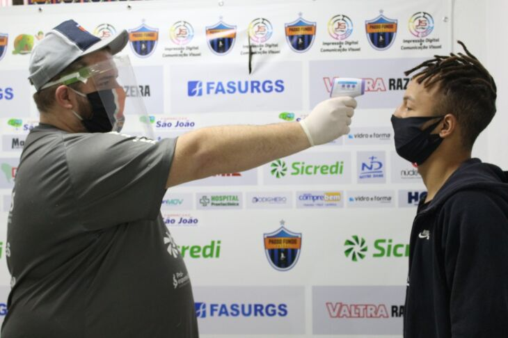 Os atletas passaram por aferição de temperatura e teste rápido do coronavírus no retorno (Foto: Matheus Moraes /Divulgação)