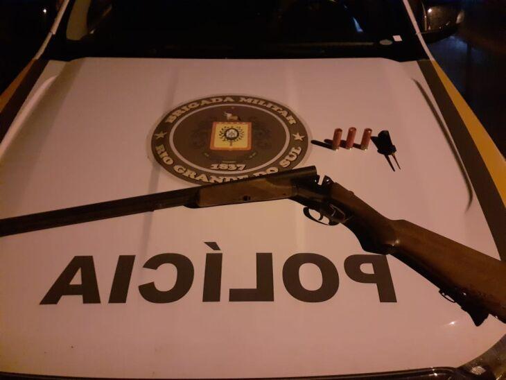 Arma foi encontrada com um dos suspeitos (Foto: Divulgação)