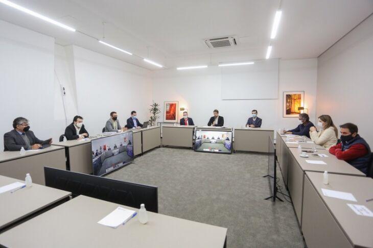 Governador Leite, vice Ranolfo e secretários participaram de reunião com deputados da base aliada (Foto: Felipe Dalla Valle / Palácio Piratini)