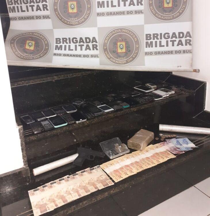 Policiais também encontraram dinheiro e material para embalar a droga (Foto: Divulgação/Brigada Militar)