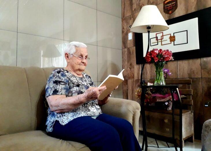 Um dos hábitos da dona Ilene é a leitura (Foto: Divulgação/UPF)