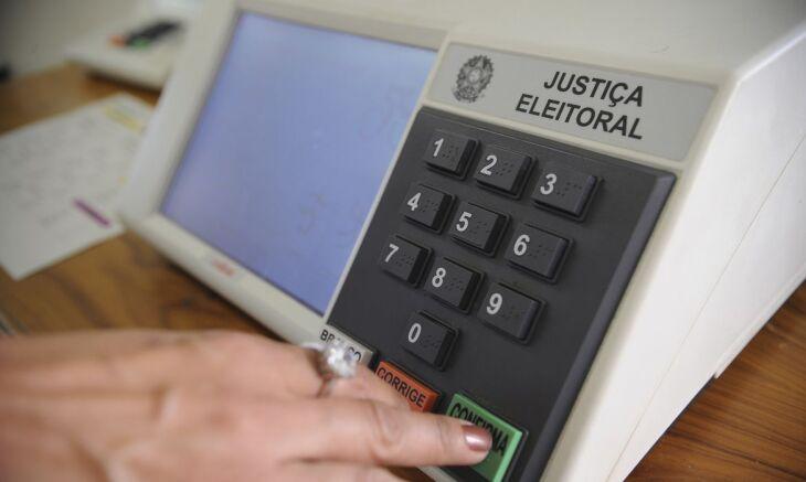 Os eleitores deverão higienizar as mãos com álcool em gel antes e depois de votar (Foto: Fábio Pozzebom/Agência Brasil)