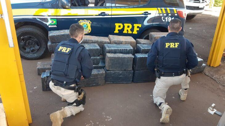 Os presos, a droga e os veículos foram encaminhados à polícia judiciária (Foto: Divulgaçã/PRF)