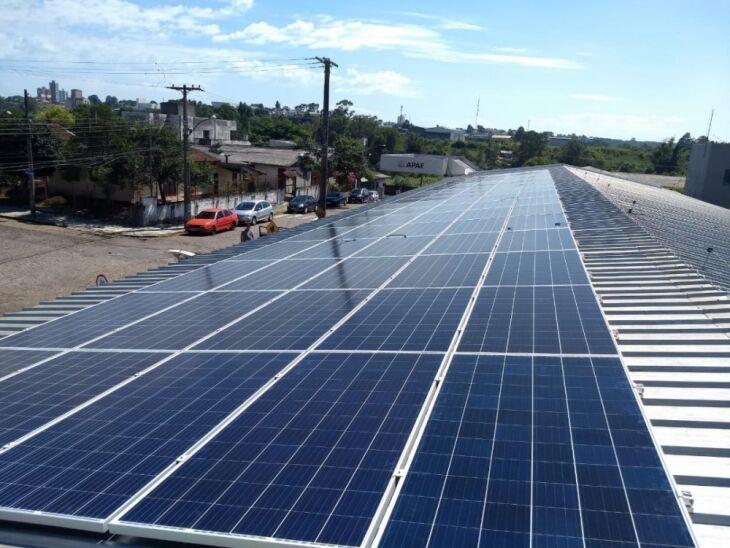 Além da economia, as placas fotovoltaicas trazem vantagens como a produção de uma energia limpa e sustentável (Foto: Divulgação)