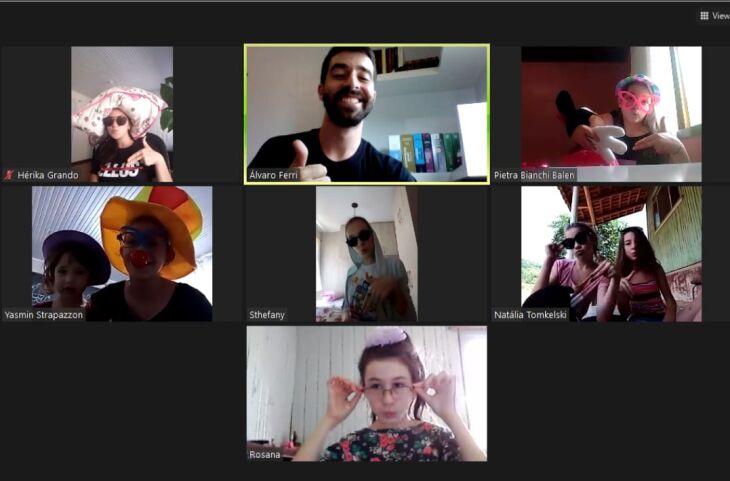 O acadêmico de Música, Álvaro Nery Ferri, e seus alunos em um dos encontros on-line (Foto: Divulgação)