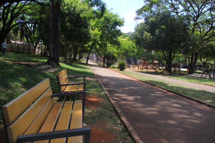 Em todo perímetro a quadra também recebeu bancos, iluminação e grama (Fotos: João Henrique Pazuch/Divulgação)