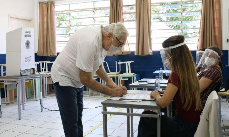 Os eleitores devem comparecer às urnas até as 17h deste domingo. (Foto: Rovena Rosa/Agência Brasil)