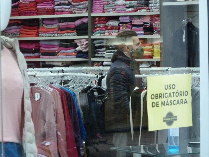 O comércio pode continuar aberto com restrição de horário (Foto: Arquivo/ON)