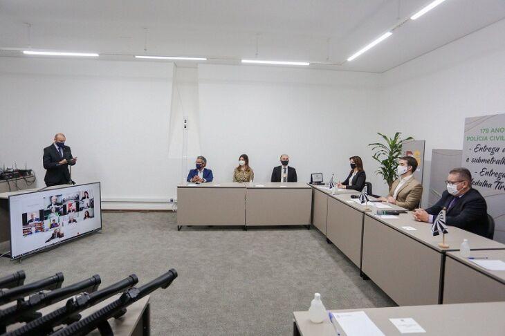 Governador Leite, vice-governador Ranolfo e a chefe da Polícia, Nadine Anflor, no evento realizado em parte por videoconferência (Foto: Felipe Dalla Valle/Palácio Piratini)