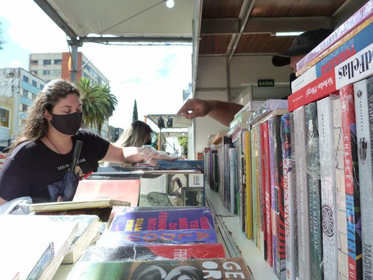 A Feira conta com quatro bancas de livros. (Foto: Lucas Marques/ON)