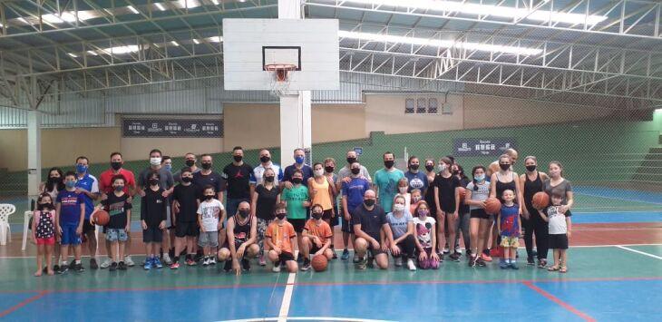 Comercial: família em quadra para promover o basquete Foto – Divulgação