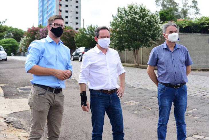 O prefeito, Pedro Almeida, visitou a via acompanhado pelo vice-prefeito, João Pedro Nunes, e pelo secretário de Obras, Rubens Astolfi (Foto: Diogo Zanatta)