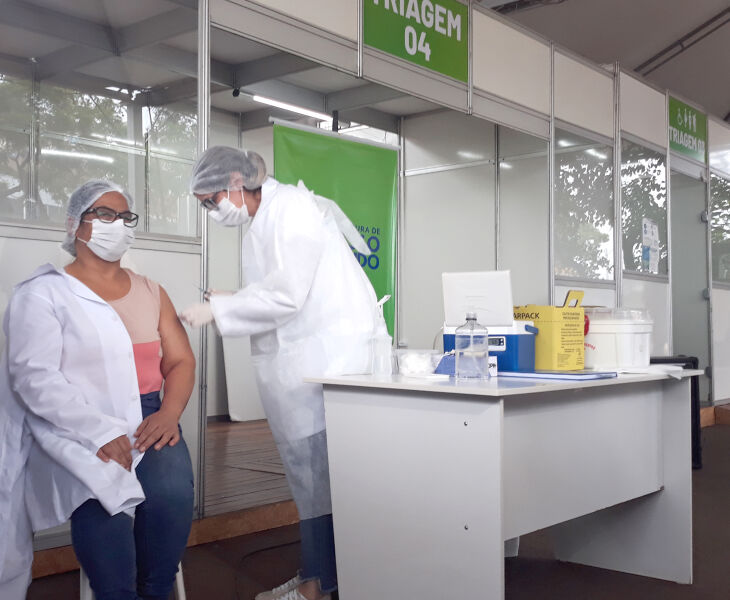 Nair e Leandra posaram para fotos após a vacinação (Foto: Bruna Scheifler/ON)
