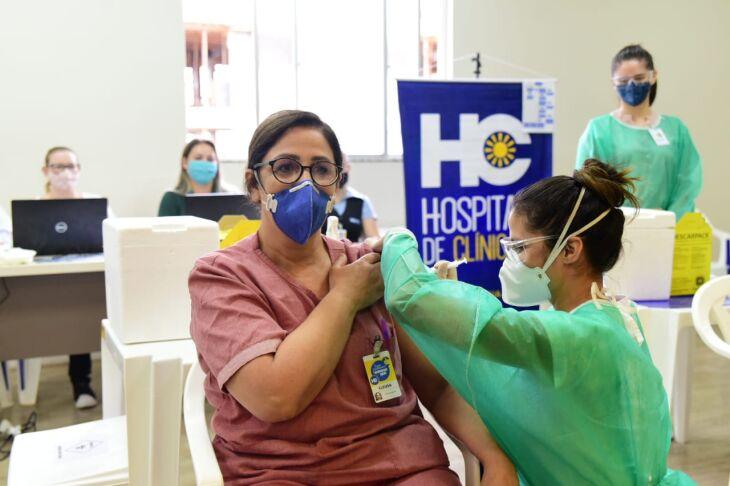A enfermeira Cleusa Oliveira foi a primeira a receber a vacina (Foto: Diogo Zanatta/PMPF)