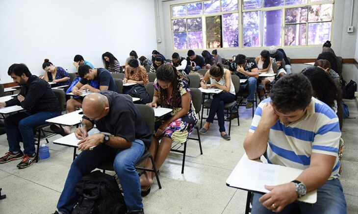 O Encceja permite conceder o diploma de conclusão do ensino fundamental ou médio para jovens e adultos que não conseguiram obter o documento na idade prevista (Foto: Divulgação/MEC)