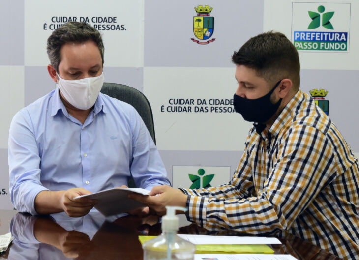 O anúncio foi feito pelo prefeito Pedro Almeida, ao lado do presidente da Câmara Municipal, vereador Rafael Colussi (Foto: Divulgação)