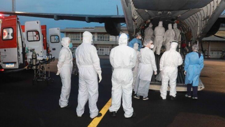Depois de quase sete horas de voo, pacientes seguiram para três hospitais em Porto Alegre (Foto: Itamar Aguiar/Palácio Piratini)