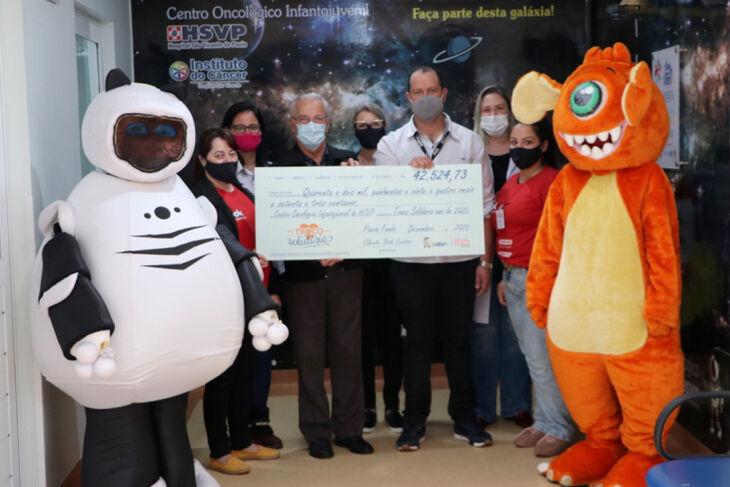 Representantes da loja Stok Center Petrópolis realizaram a entrega do cheque simbólico (Foto: Assessoria de Imprensa HSVP/Scheila Zang)