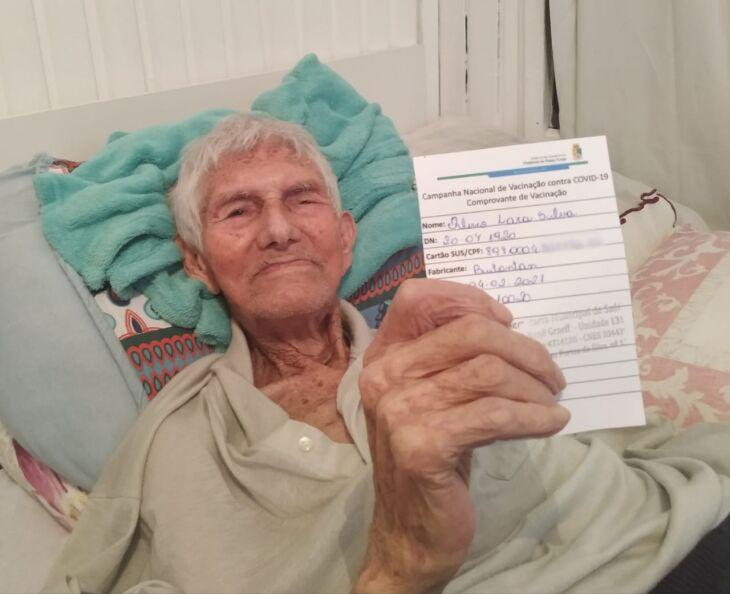 Olívio de Lara da Silva, de 100 anos, foi um dos primeiros idosos pertencentes ao grupo a receber a vacina