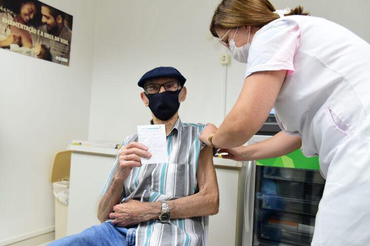 O médico psiquiatra Carlos Roberto da Silveira Hecktheuer (79) e o músico Plínio Mena Barreto (96) estão entre as primeiras pessoas vacinadas. (Fotos: Diogo Zanatta/PMPF)