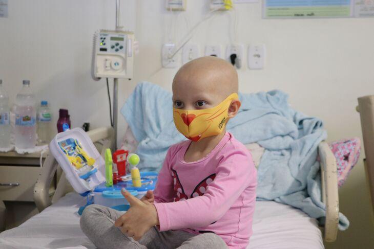 Helena Emke Totel, três anos, de Santa Rosa, tratamento contra uma Neoplasia Maligna do Tecido conjuntivo e tecidos moles da região pelve (Foto Assessoria de Comunicação HSVP/Caroline Silvestro)