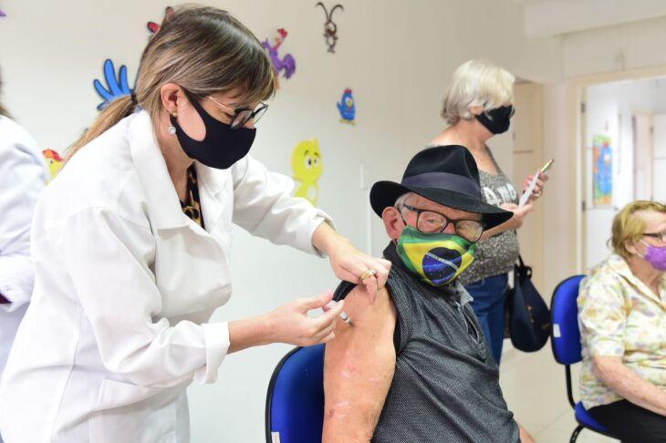 O município iniciou a vacinação dos idosos no dia 9 de fevereiro (Foto: Divulgaçã0/PMPF)