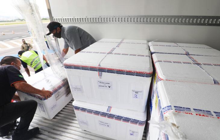 Caixas térmicas contendo novas doses de CoronaVac chegaram ao aeroporto de Porto Alegre na manhã desta quarta (03) (Foto: Itamar Aguiar/Palácio Piratini)