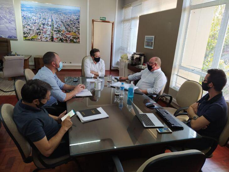 Durante a tarde de terça-feira (16), o prefeito reuniu-se com a direção do Hospital e com a Secretaria de Planejamento para discutir o cronograma das obras (Foto: Divulgação/PMPF)
