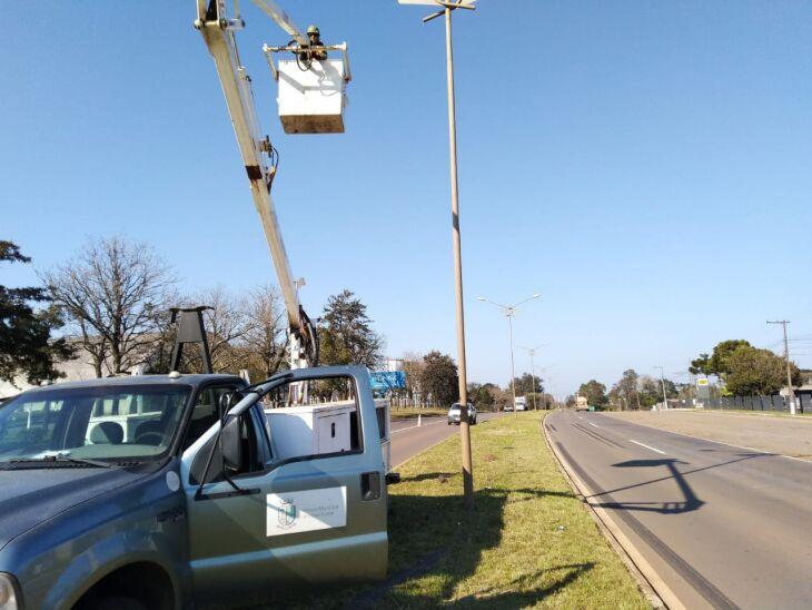 Serviço de iluminação pública tem como objetivo garantir luminosidade às vias públicas da cidade (Foto: Divulgação/PMPF)