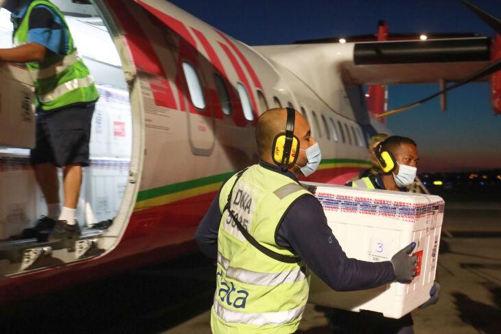 Carregamento seguiu para a Ceadi, que distribuirá entre coordenadorias regionais de saúde (Foto: Itamar Aguiar/Palácio Piratini)