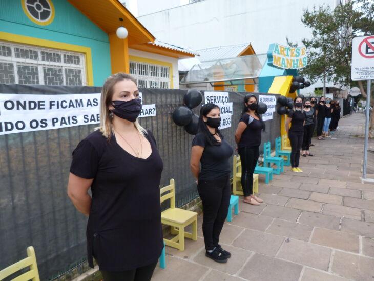 Protestos foram realizados em frente às escolas (Foto: Bruna Scheifler/ON)