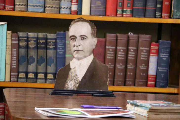 Espaço conta com obras da biblioteca pessoal do consultório do Dr. César Santos, com 10,6 mil exemplares, entre livros e periódicos, além de móveis e arquivos (Foto: Leonardo Andreoli)