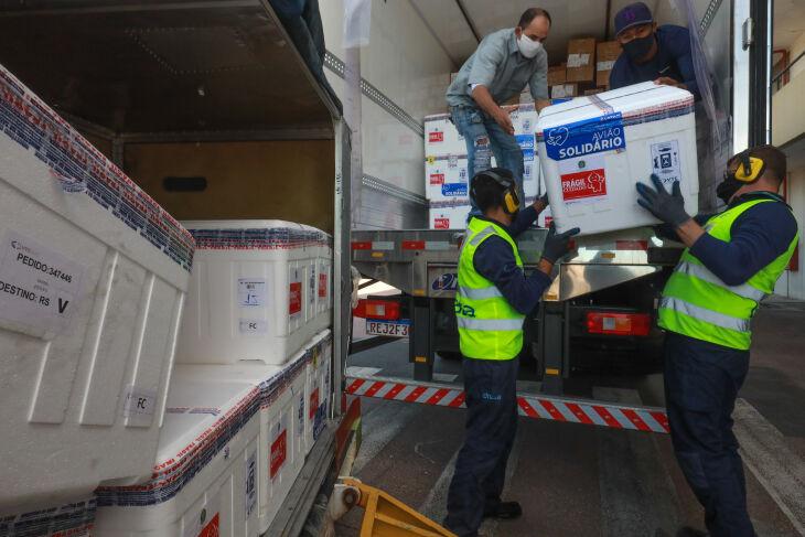 Doses chegaram hoje (08) em Porto Alegre (Foto: Itamar Aguiar/Palácio Piratini)