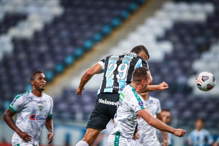 De cabeça: Diego Souza marcou o primeiro - Foto-Lucas Uebel-GFBPA