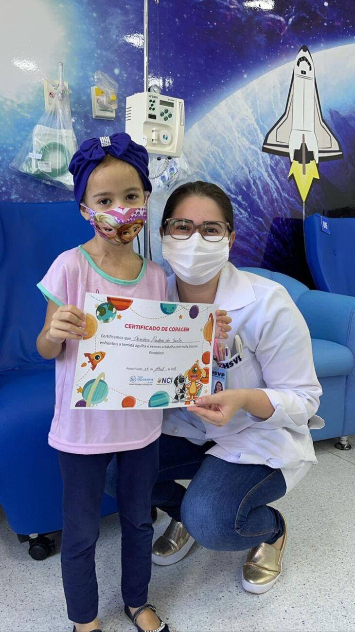Theodora ficou feliz com o Certificado de Coragem e os procedimentos ficaram mais tranquilos (Foto Assessoria de Imprensa HSVP)