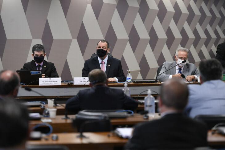 Após votação e decisão judicial, a mesa foi formada com Omar Aziz na presidência e Renan Calheiros na realatoria (Foto: Edilson Rodrigues/Agência Senado)