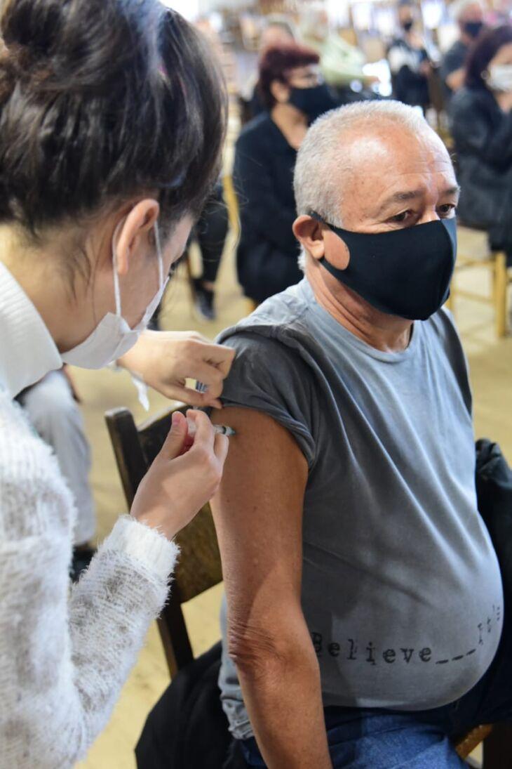 A vacinação do grupo de pessoas com comorbidades começou no sábado (01) (Foto: Diogo Zanatta)