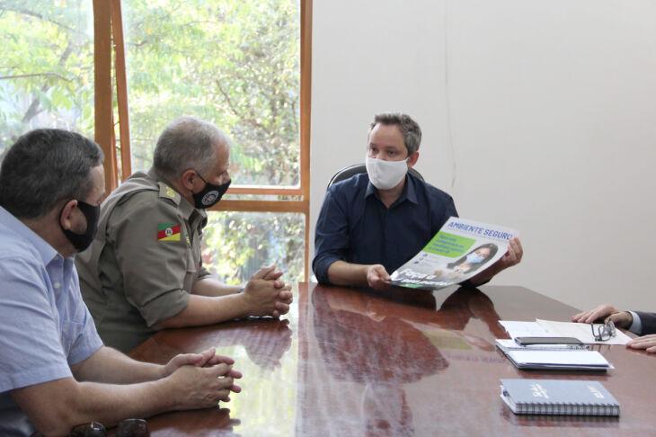 O prefeito, Pedro Almeida, apresentou em reunião um material gráfico que será distribuído (Foto: Divulgação/PMPF)