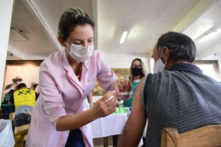 Vacinação com segunda dose ocorre apenas no CTG Lalau Miranda, sem formato drive-thru (Foto: Divulgação/PMPF)