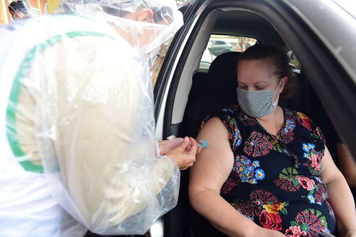 Vacinação ocorre no CTG Lalau Miranda, também em sistema drive-thru, e em oito unidades de saúde (Foto: Diogo Zanatta/PMPF)
