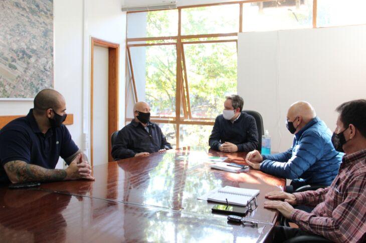 Também participaram da reunião os secretários de Segurança Pública, Darci Gonçalves da Rosa e de Desenvolvimento Econômico, Diorges Oliveira, e o vereador Gio Krug (Foto: Divulgação/PMPF)