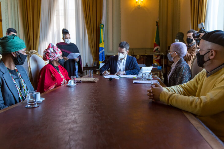 O decreto foi assinado pelo governador Eduardo Leite (Foto: Gustavo Mansur/Palácio Piratini)