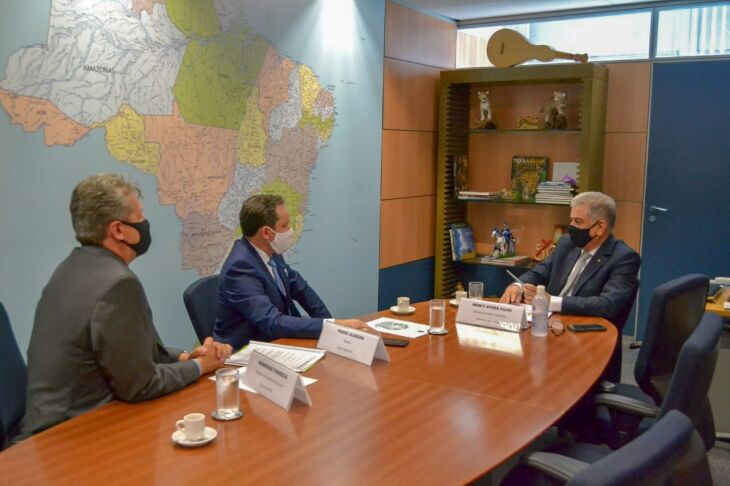 Pedro Almeida em reunião com o ministro interino do Turismo, Hercy Rodrigues (Foto: Divulgação)