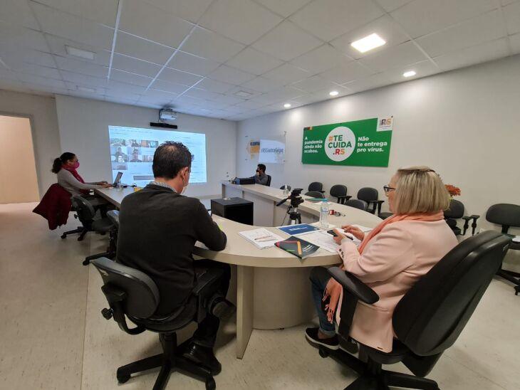 Reuniões conduzidas pela secretária da Saúde, Arita Bergmann, são realizadas de forma híbrida (Foto: Itamar Aguiar/Palácio Piratini)